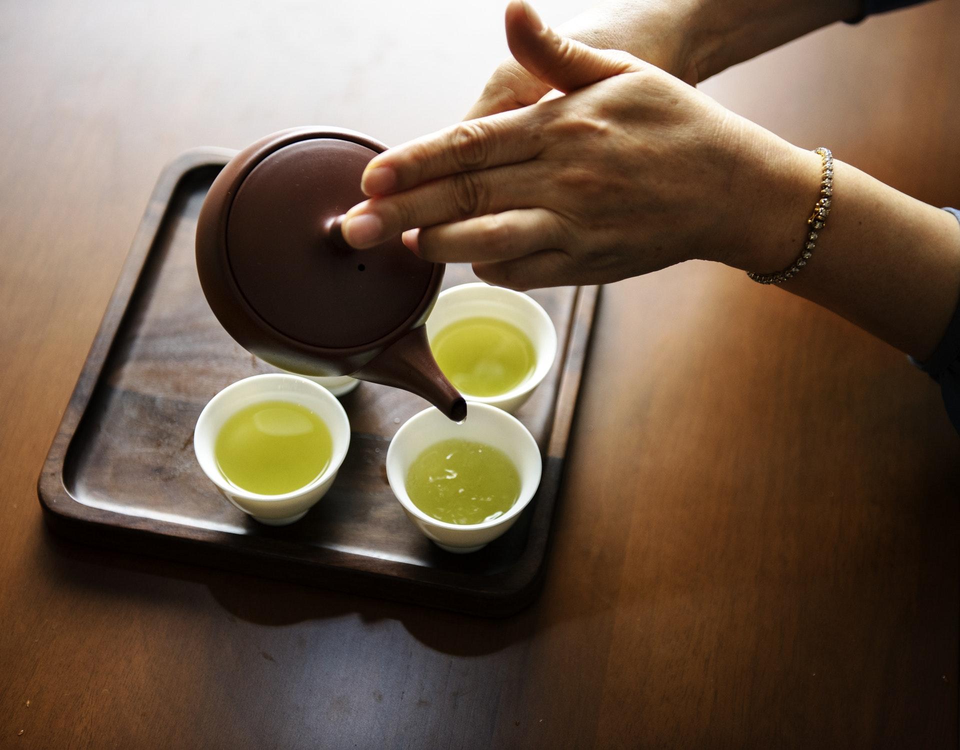 tè verde asiatico, teiera e tazzine