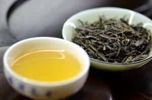 tè giallo in foglie e bevanda